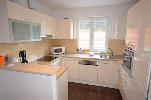 A kitchen or kitchenette at Rezidence Castello Apartments