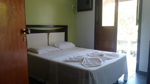 A bed or beds in a room at Condomínio Taperapuã Praia Village