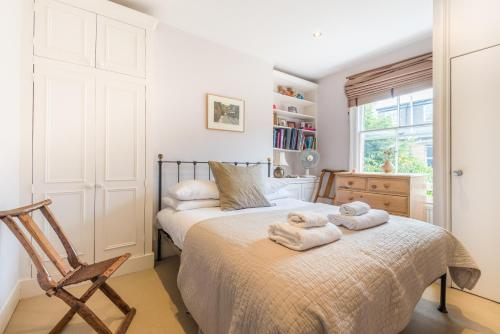 A bed or beds in a room at Large Family Home in Fulham