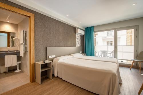 A bed or beds in a room at 2Sleep - Estudios Benidorm