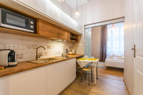 A kitchen or kitchenette at City Lights Topolowa 48