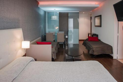 A bed or beds in a room at Ayres de Recoleta Plaza