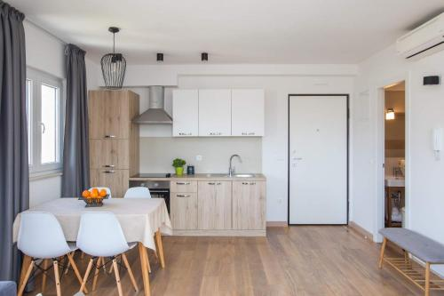 A kitchen or kitchenette at Apartment Navis