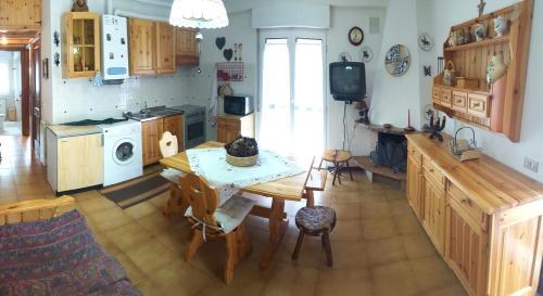 A kitchen or kitchenette at Grazioso appartamento Scanno