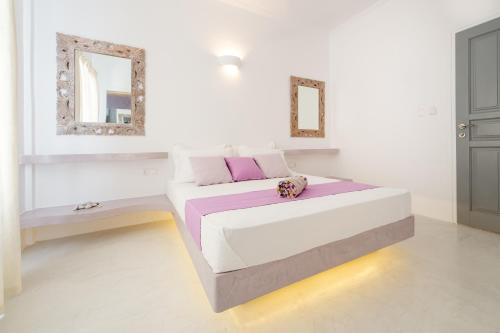 A bed or beds in a room at Villa Kelly Rooms & Suites
