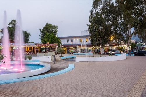 Der Swimmingpool an oder in der Nähe von Georgioupolis Plaza Suites