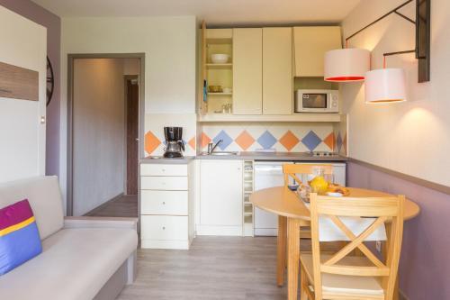 Cuisine ou kitchenette dans l'établissement Résidence Pierre & Vacances Les Citronniers