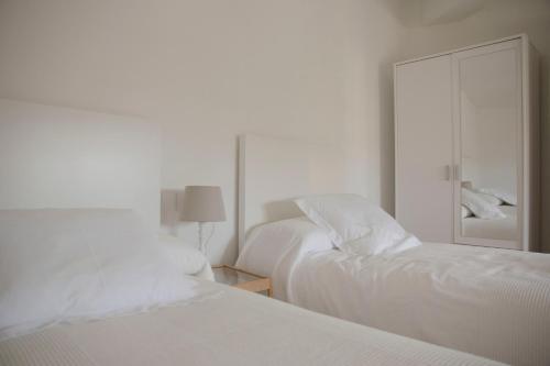 Una cama o camas en una habitación de RC Apartaments Girona Rambla