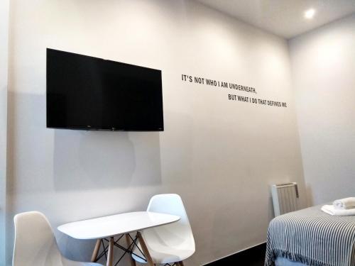 Uma televisão e/ou sistema de entretenimento em Ribeira Cinema Apartments