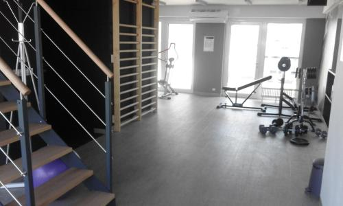 The fitness center and/or fitness facilities at Apartament Szary