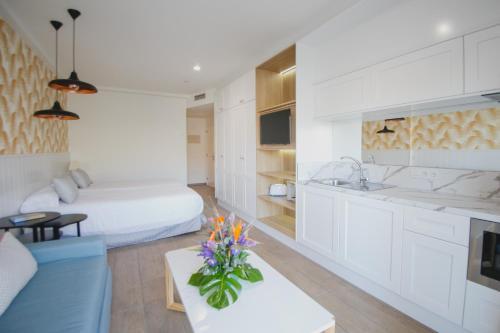 A kitchen or kitchenette at Los Olivos Beach Resort