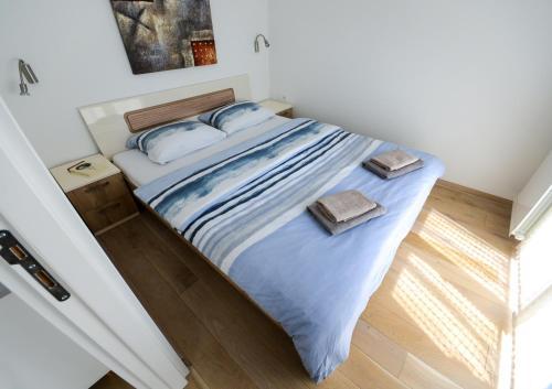 Un pat sau paturi într-o cameră la Srecko Exclusive Apartment