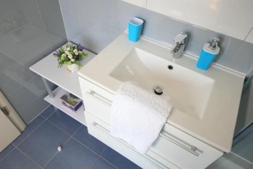 A bathroom at Gold Town Split Apartments