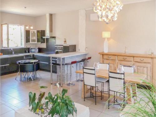Restaurant ou autre lieu de restauration dans l'établissement Four-Bedroom Holiday Home in Villeneuve Sur Lot