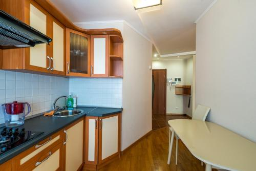 A kitchen or kitchenette at Бутлерова 29
