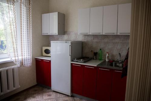 Кухня или мини-кухня в Апартаменты на 139 стрелковой 8