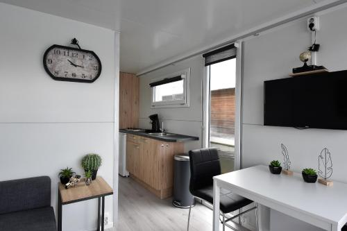 """A kitchen or kitchenette at Cosy floating boatlodge, """"Paris"""""""