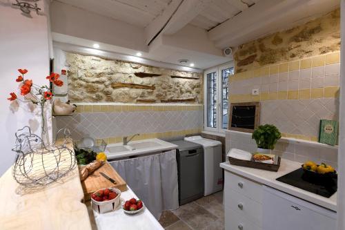 A kitchen or kitchenette at Le petit trésor du Luberon