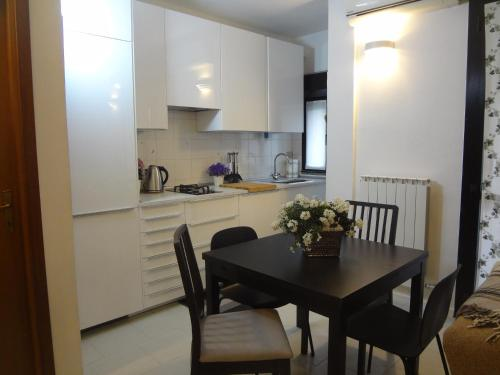 A kitchen or kitchenette at Bea's Home Milano