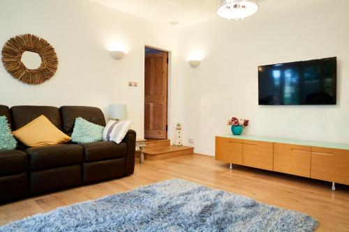 A television and/or entertainment centre at Centre Stables Luxury Self Catering Cottage