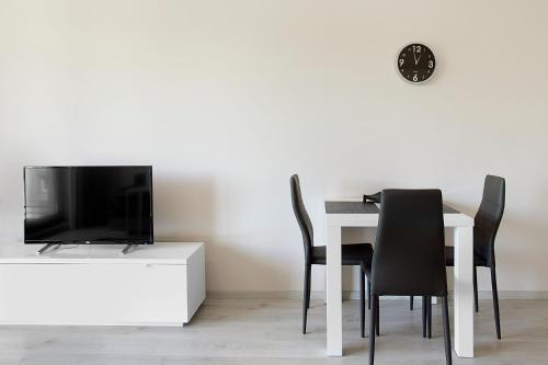 Telewizja i/lub zestaw kina domowego w obiekcie MS Apartments Silver IV