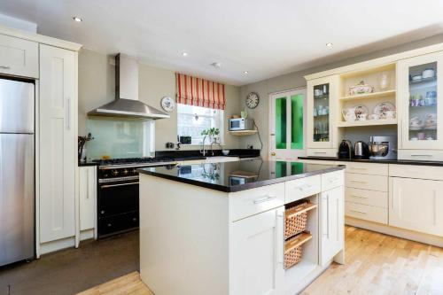 A kitchen or kitchenette at Veeve - Timeless Family Home