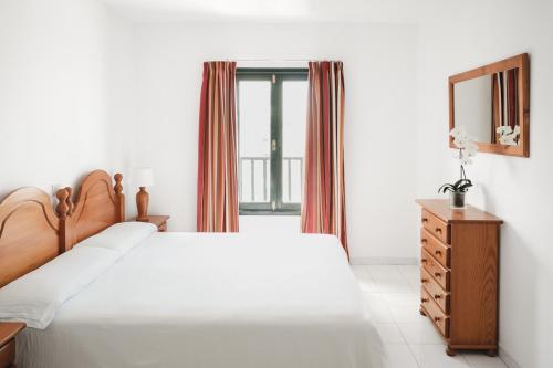 Een bed of bedden in een kamer bij Apartamentos Sol