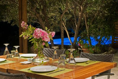 A restaurant or other place to eat at Istron Luxury Villas