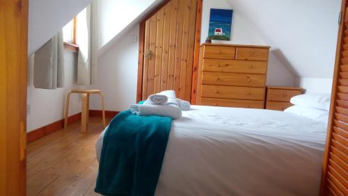 A bed or beds in a room at Seaside Holiday Cottage Embo