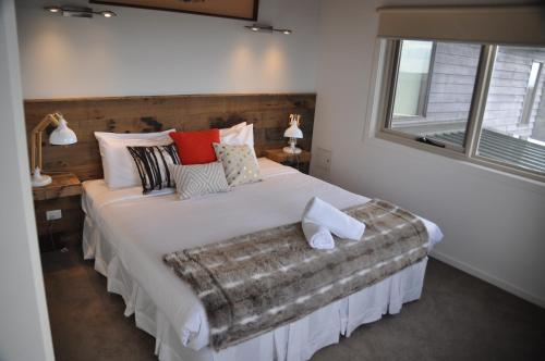 A bed or beds in a room at White Crystal Apartments