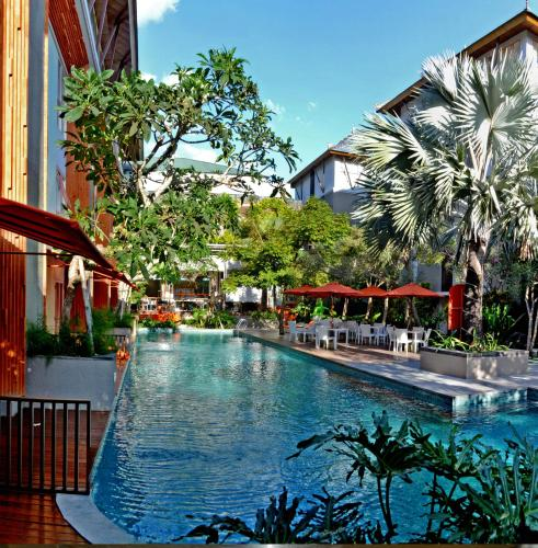 The swimming pool at or close to HARRIS Hotel & Residences Sunset Road