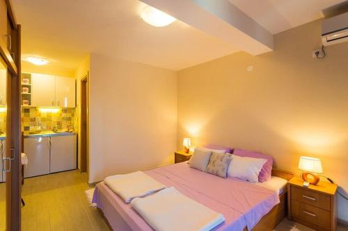 A bed or beds in a room at Fresh & spacious studio