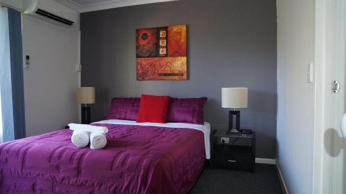 A bed or beds in a room at Santana Resort Surfers Paradise