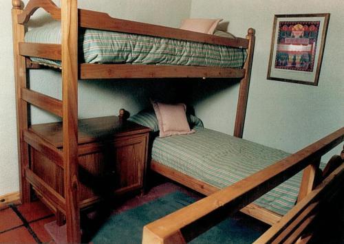 Una cama o camas cuchetas en una habitación  de DUT Bariloche con Maxisol