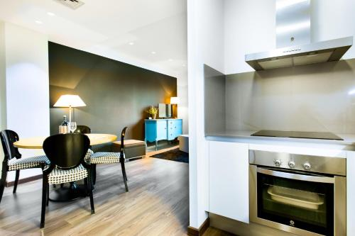 A kitchen or kitchenette at Cosmo Apartments Consell de Cent - Plaza Universitat
