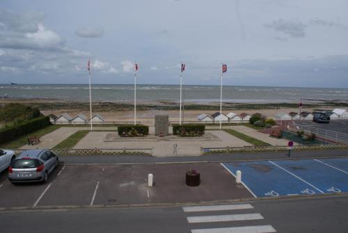 Vue sur la piscine de l'établissement Maison Studios & Appartements Les 4 Vents ou sur une piscine à proximité