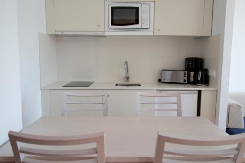 Een keuken of kitchenette bij Apartamentos Ferrera Beach