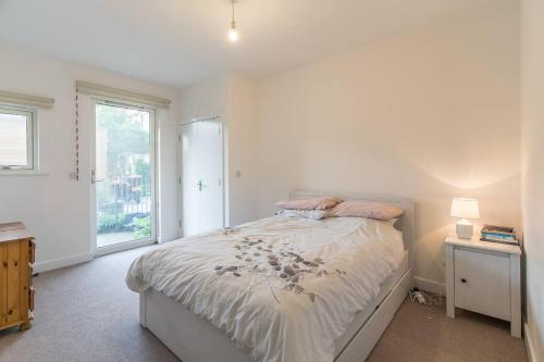 A bed or beds in a room at Contemporary and Bright 2 Bed Flat in East London