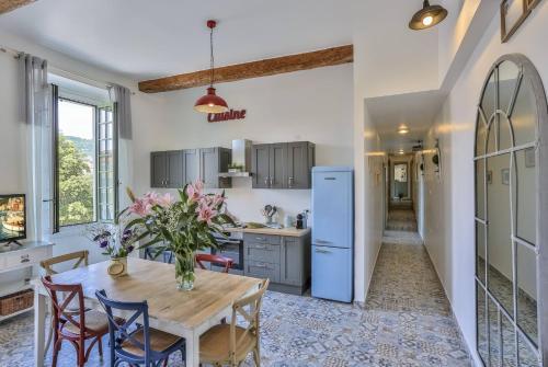A kitchen or kitchenette at MY CASA GARIBALDI - 4 bedrooms apartment
