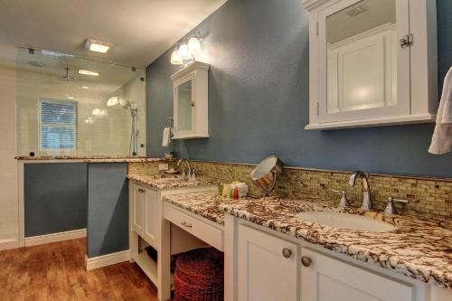 A bathroom at Boaters Paradise 10Rp Home