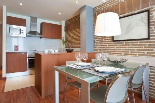 Кухня або міні-кухня у Serennia Cest Apartamentos Arc de Triomf