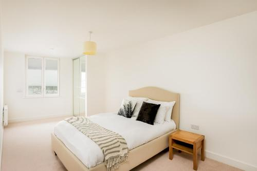 A bed or beds in a room at Rethink Serviced Apartments - Brighton Marina