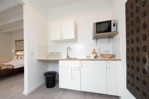 Een keuken of kitchenette bij Alta Mar Studios