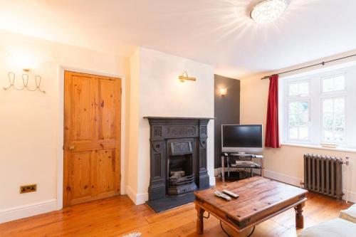 A television and/or entertainment center at NEW Cosy 2 Bedroom Detached House West Finchley