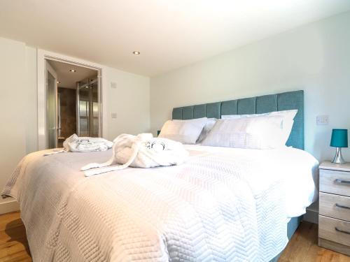 מיטה או מיטות בחדר ב-The Hayloft, St Just, St Just