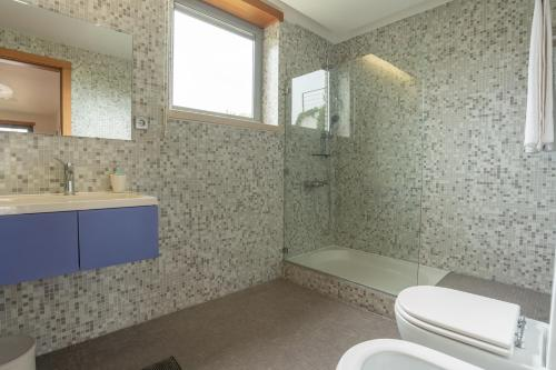 A bathroom at Casas da Pescaria B