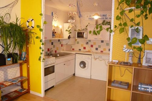A kitchen or kitchenette at Les Comptoirs