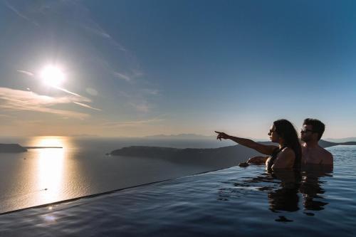 בריכת השחייה שנמצאת ב-Galaxy Suites & Villas או באזור