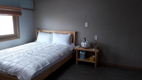 A bed or beds in a room at Udo Lovehouse Pension