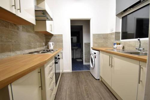 A kitchen or kitchenette at *Coventry University 1 Mile Away- 4 Bedrooms